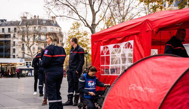 Camping Des pompiers installent un campement à Paris pour dénoncer leurs prerequisites de travail