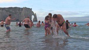 Maillot de bain A Etretat l'année 2020 a débuté sous le soleil pour le traditionnel bain du Nouvel An