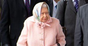 Bebe La reine Elizabeth II surprise au volant de sa Differ Rover sans ceinture