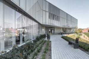 Jardin Bibliothèque de Drummondville au Canada par Chevalier Morales & DMA architectes