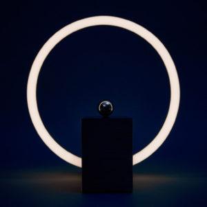 Bureau Lampe magnétique « change into » par le studio de assemble allemand rlon