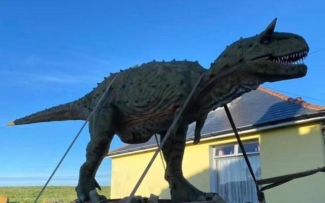 Jouet Par erreur, un père offre un dinosaure de 6 mètres à son enfant