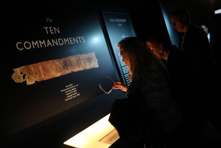 Chaussures Les fragments des manuscrits de la mer Morte exposés à Washington sont des faux