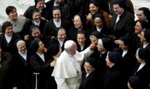 Maillot de bain Popiežius paskyrė vienuolę į aukštą postą Vyskupų sinode
