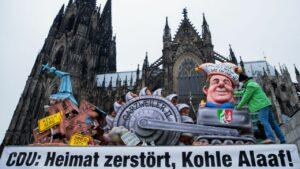 Maillot de bain Karnevalswagen vor dem Dom – mit Kritik an Laschets Energiepolitik
