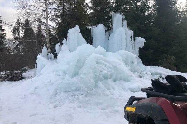 Maillot de bain Namiesto vodopádu majú nad dedinou ľadopád