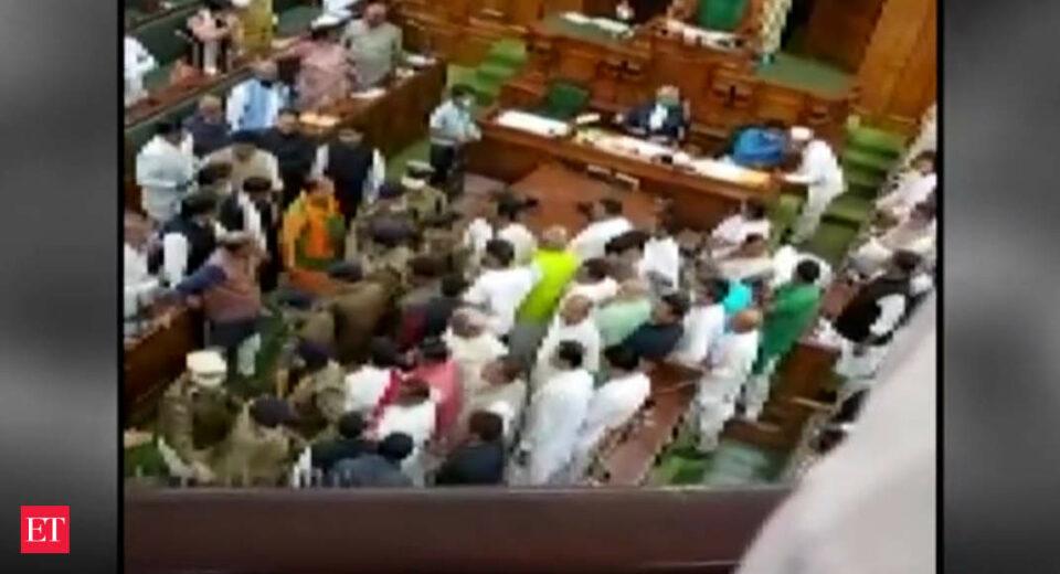 Maillot de bain Bihar: Chaos in Meeting after RJD chief Tejashwi demands minister's resignation