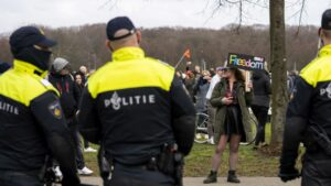 Maillot de bain Pays Bas : manifestations à la Haye contre le gouvernement de Marc Rutte, à quelques jours des élections législatives