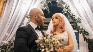 Maillot de bain Fisicoculturista ruso se divorcia de su muñeca sexual y se muda con otra