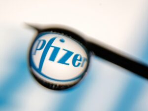 Maillot de bain Pfizer begins trial of oral Covid therapy
