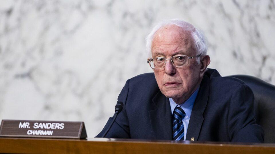 Maillot de bain Bernie Sanders raises concerns about Twitter's Trump ban