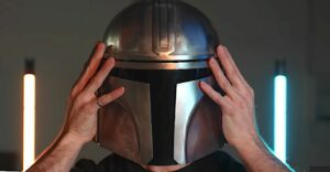 Maillot de bain An Engineer Welded a Elephantine Steel Reproduction of the 'Mandalorian' Helmet in His Garage