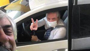 Maillot de bain Una foto de Alberto Fernández manejando su auto se viralizó en Twitter