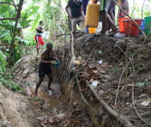 Maillot de bain Water Shortage Hits Abuja Communities As Residents Resort To Streams (Photography)