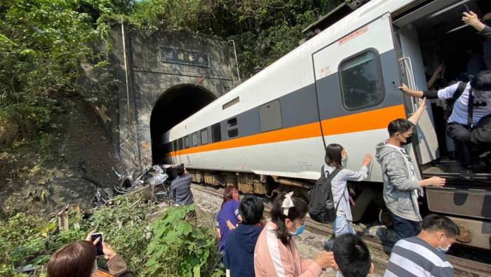 Maillot de bain Descarrilamiento de tren en Taiwán deja al menos forty eight muertos