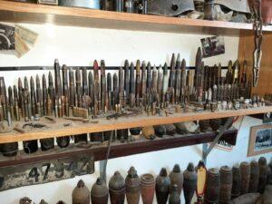 Maillot de bain Policisté nalezli na Brněnsku stovky granátů i letecké pumy, shromáždil je sběratel