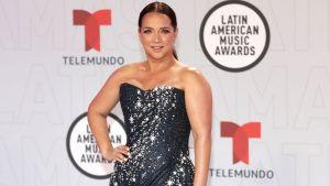 Maillot de bain Adamari López causa furor mostrando la pierna en su paso por el pink carpet de los Latin AMA's 2021
