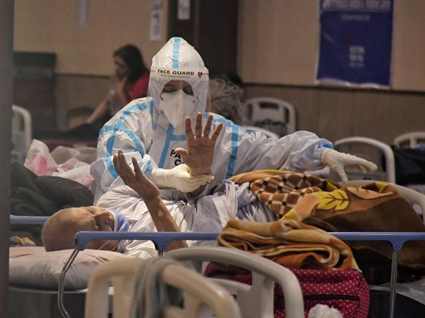 Maillot de bain DATA STORY: India provides almost 300,000 new Covid conditions, reviews 2,023 deaths