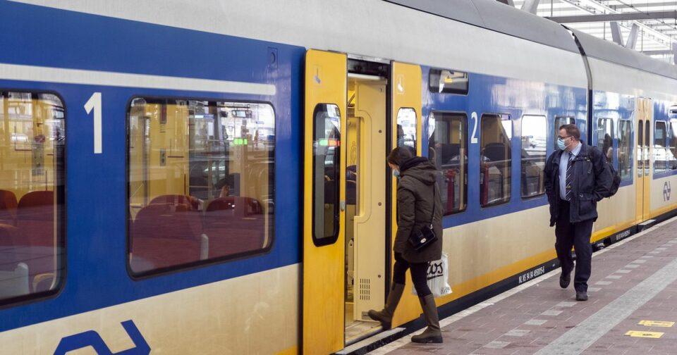Maillot de bain Zwartrijders vallen NS-medewerker aan, duwen hem op het op spoor