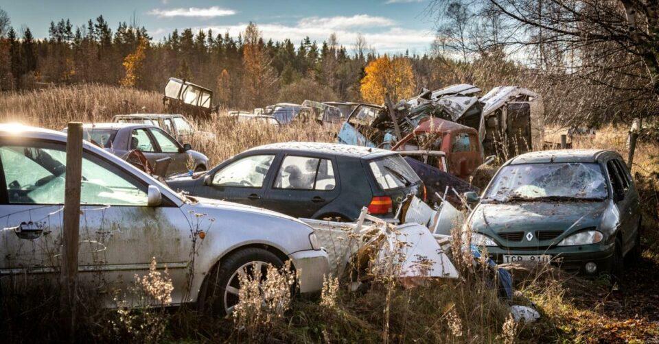 Maillot de bain Grannarna är förtvivlade över alla skrotbilar – nu ska kommunen fatta beslut
