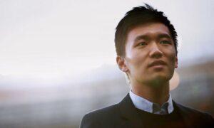 Maillot de bain Inter, la coppa dello scudetto arriva in sede: Zhang la accoglie così VIDEO