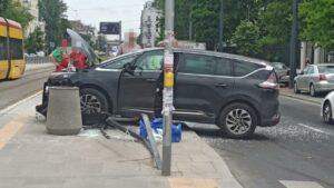 Maillot de bain Kolizja na Grochowskiej. Auto roztrzaskało szklane bariery przy przystanku