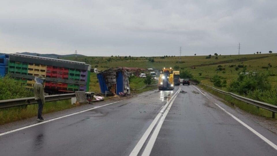 Maillot de bain Un camion plin cu stupi s-a răsturnat pe DN 13, în județul Brașov. Se circulă cu dificultate