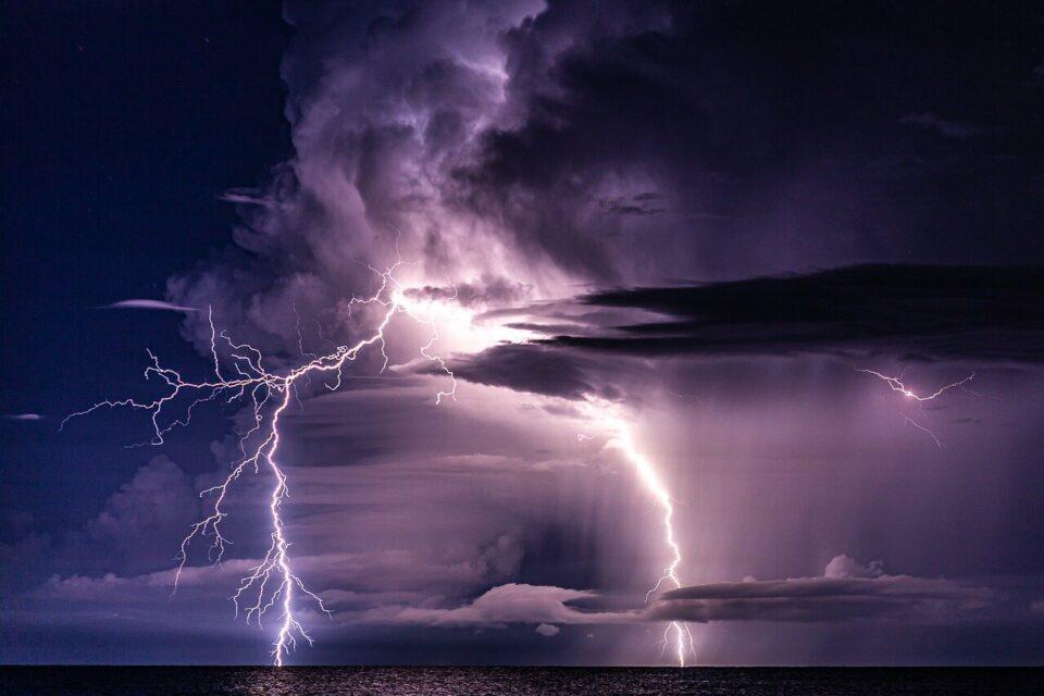 Maillot de bain Česko dnes zasáhne extrémní počasí! Hrozí velmi vysoké teploty, silné bouřky a vichřice!