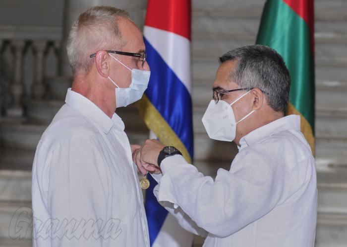 Maillot de bain Recibe embajador de Belarús Medalla de la Amistad