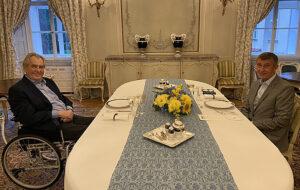 Maillot de bain Na Babišovo gusto byl šéf BIS moc v médiích. Chce, ať Zeman s Koudelkou jedná