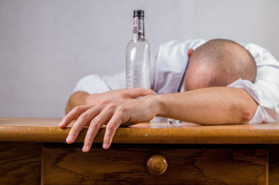 Maillot de bain Pasca alkoholu. Môže prospieť, ale kde je správna miera? Vysvetľujú lekári