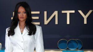 """Maillot de bain """"Deus é bom"""", diz cantora Rihanna após se tornar bilionária"""