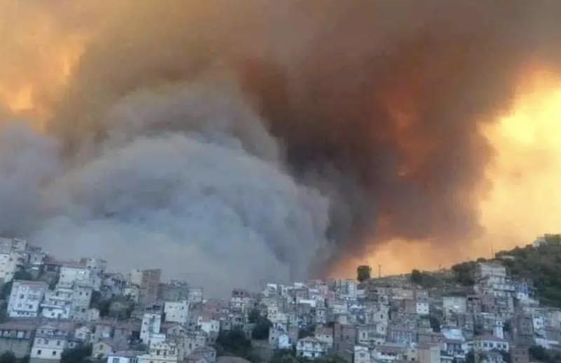 Maillot de bain D'immenses incendies ravagent la Kabylie