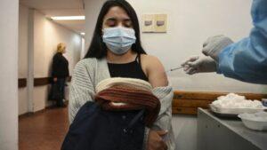 Maillot de bain Uruguay comenzó a dar una tercera dosis de Pfizer a vacunados con Coronavac