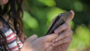 Ecole Quel téléphone pour un adolescent choisir à la rentrée 2021 ?