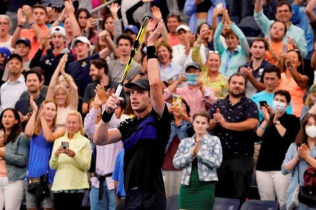 Maillot de bain Fernandez, 18, beats Kerber at US Open to observe Osaka upset