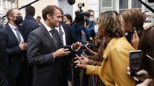 Ecole VIDEO. Emmanuel Macron chante «L'école est finie» de Sheila avec des badauds – ladepeche.fr