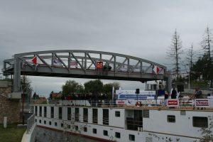 Maillot de bain Obrazem: Na Vraňansko-hořínském kanálu se poprvé zdvihly mosty před velkou lodí
